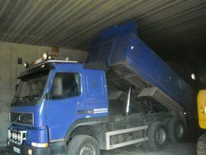 lastebil med hevet lasteplan