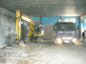 gravemaskin og lastebil